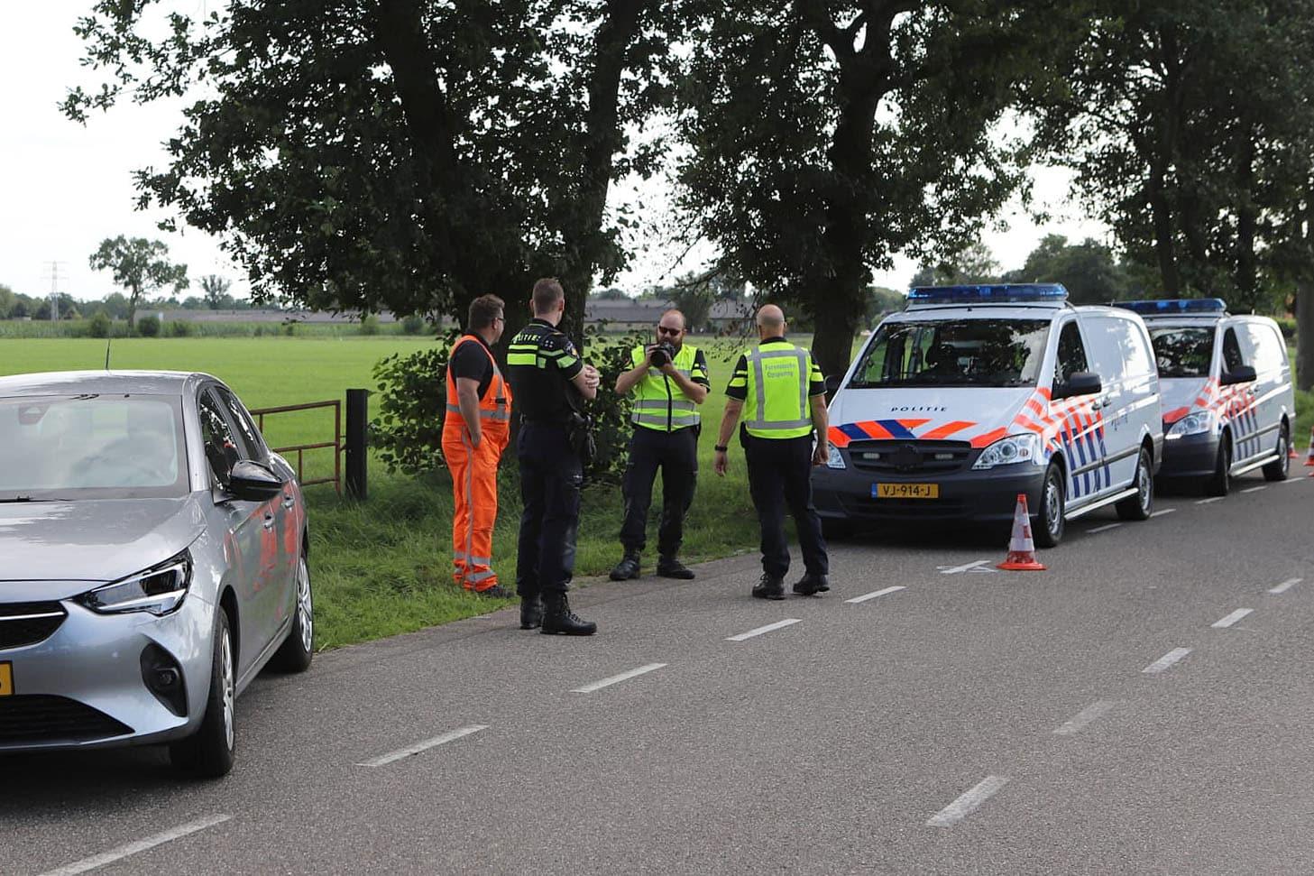 Auto in de greppel na aanrijding met fietser in Lunteren.