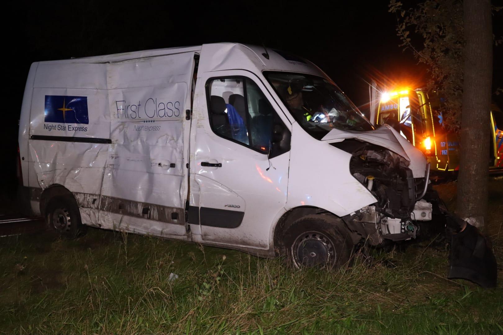 Bestuurder bestelbus gewond bij botsing met boom in Scherpenzeel.